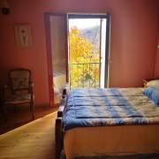 Dormitorio de la casa Los Castaños en otoño